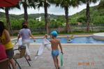 桃園マンションのプールで水遊び開始