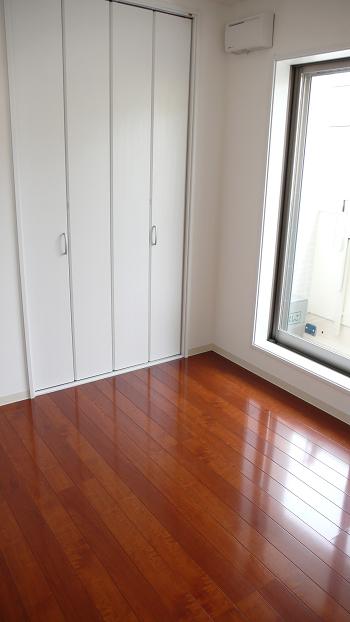 床は無垢のフローリング!色合いが良いですね!本物志向の方に。。