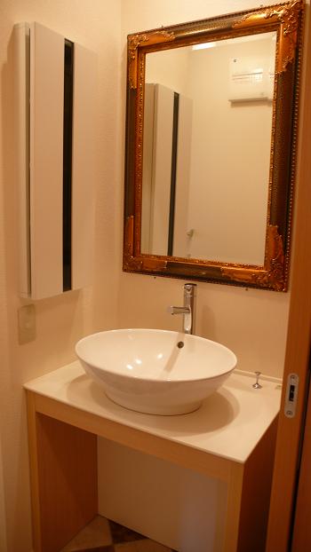 素敵な洗面ボールと鏡ですね