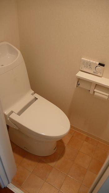 トイレはもちろんウォッシュレット付です。最近の物件ではもはや定番の設備です。