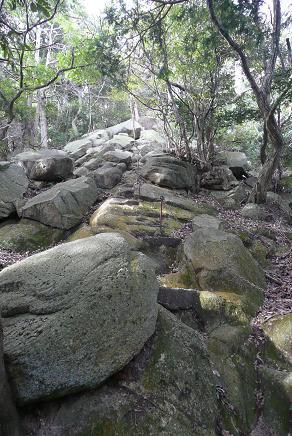 佐志能神社裏側の岩肌
