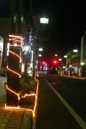 駅前通りの電柱もイルミ