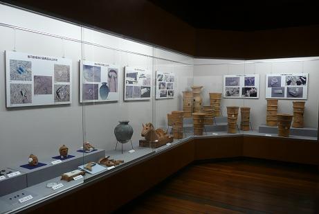 展示館内の土器などの展示