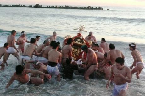 波に打ち倒される神輿