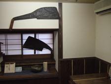 大きなノコギリが飾られた小上がり部屋