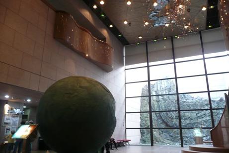 立派な地質標本館ホール