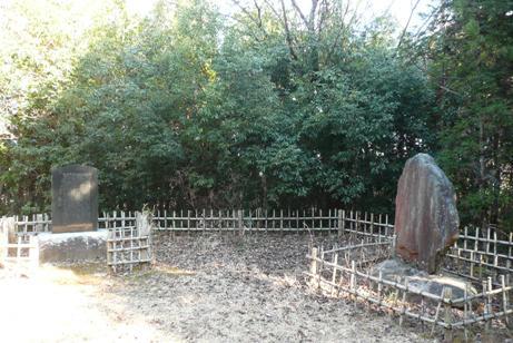 碑の前の2つの碑