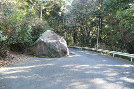 道を阻む大黒石