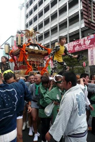 神輿に乗る子供