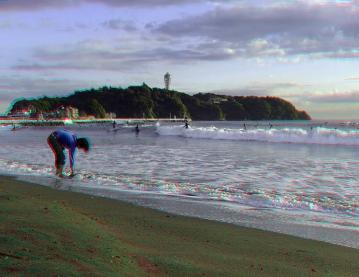 洗う女性と江ノ島