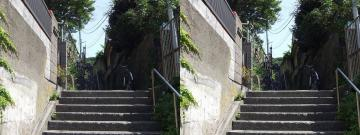 階段を下から見る