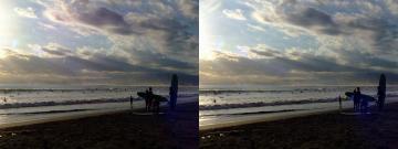 波を見るサーファー