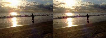 波を見る少年