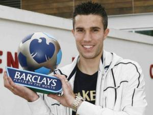 Robin-van-Persie-poses-with-award_2381573.jpg