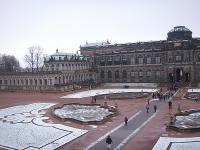 ツヴィンガー宮殿中庭をのぞむ