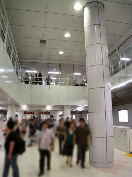 Shinjuku-San-chome_Platform_Fukutoshin_2.jpg