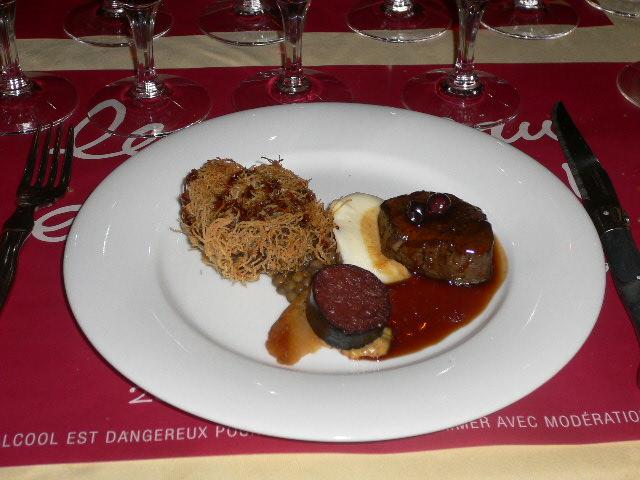 蝦夷鹿のポワレ、カシスソース、牛筋の赤ワイン煮レンズ豆添え、自家製黒ソーセージ