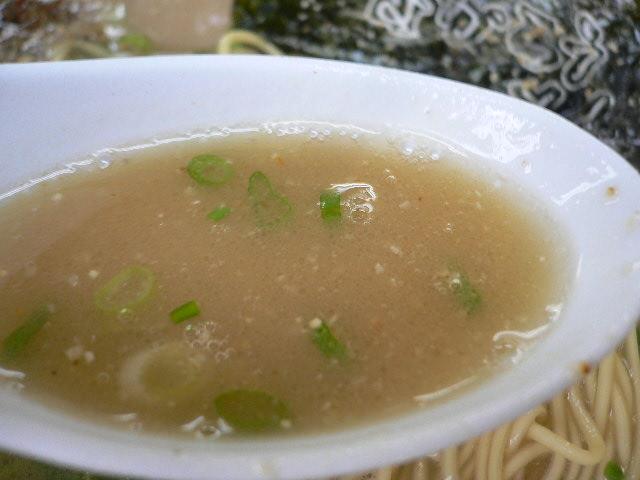 このスープの色が