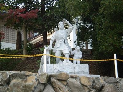 桃太郎の石像発見!