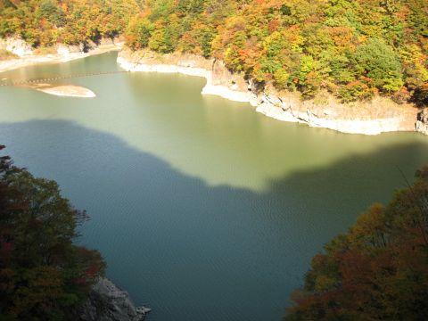 御判石付近の五十里湖