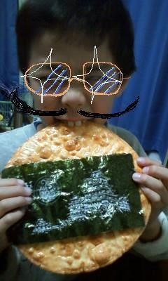 姫路城せんべいを食べています