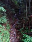 小さな長い滝
