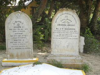 エラコール島 宣教師と幼子3人に墓石