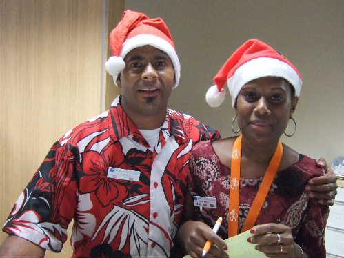 クリスマスイブに帽子を被った行員