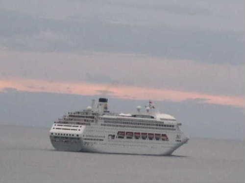 出航するPacific Dawn