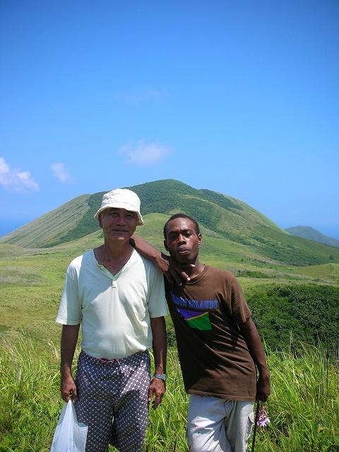 ヌーナ山頂でガイドのサムと記念写真