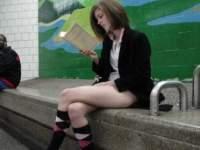 男も女もパンツ丸出しで地下鉄に乗るびっくりイベントの模様