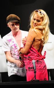 Pamela Anderson - Asscrack - New Zealand c03