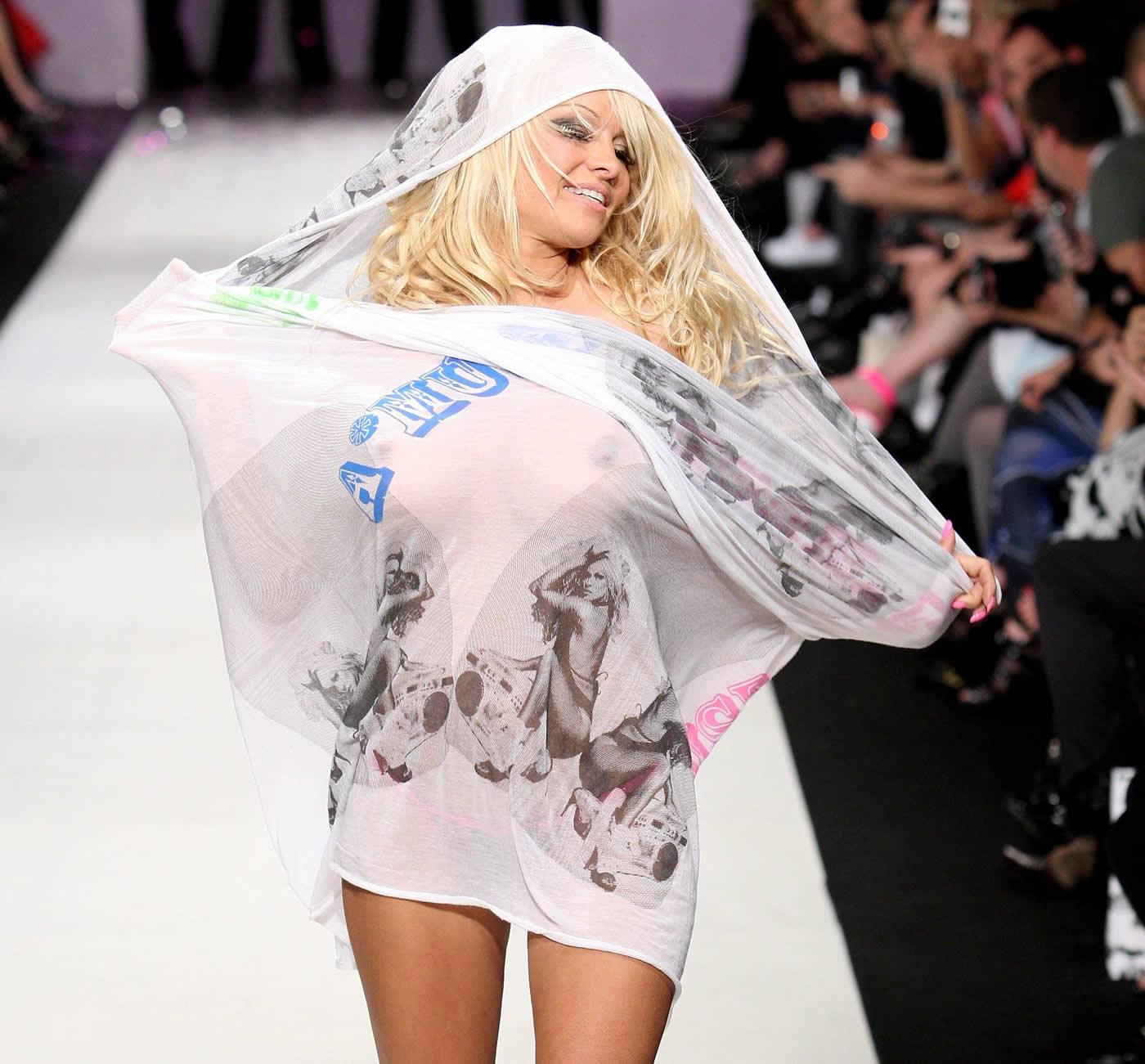 ファッションショー ノーパン Pamela Anderson @ Richie Rich's fashion show in Auckland v03