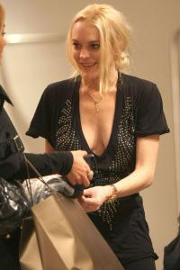 Lindsay Lohan 2009-10-22 - Shopping @ Intermix in Soho in New York a04