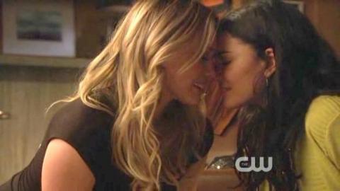 Hilary Duff  Jessica Szohr - Lesbian Kiss 02