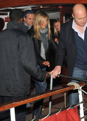 Jennifer Aniston and Gerald Butler dine with friends on a boat v08