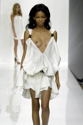 ファッションショーでおっぱいポロリと言うより丸出し状態のシャネル・イマン(Chanel Iman)