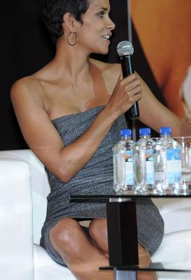 インタビューに答える女優ハルベリーのパンチラを狙ってみた