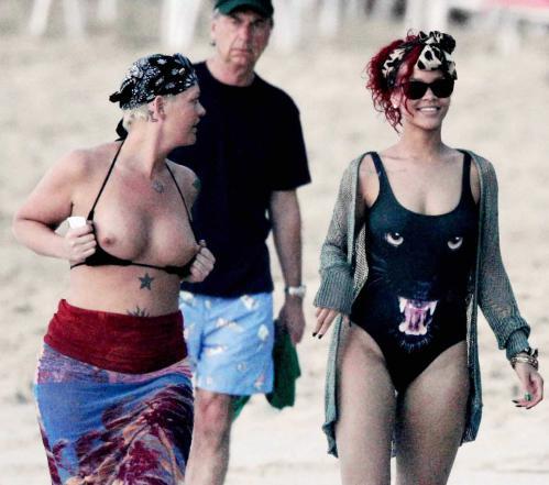 rihanna_on_the_beach_in_barbados_26_12_10.jpg