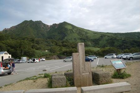 峠の茶屋駐車場から見る朝日岳