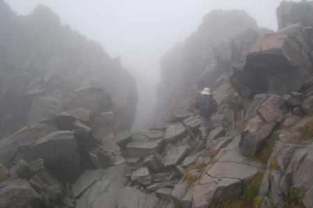 新山への岩場1