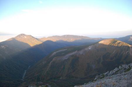 北ノ俣岳への稜線への鷲羽岳の影.