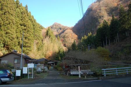 駐車位置から見る篭岩
