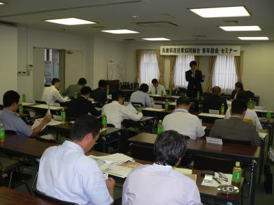 写真キャプション=兵庫県遊協青年部会のセミナーで、説明を行なう「ぱちんこ情熱リーグ」の執行部