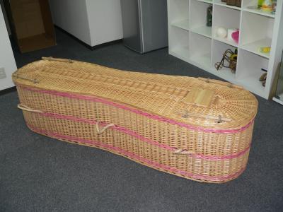 写真キャプション=暖かな感じがする籐を編んで作られた棺
