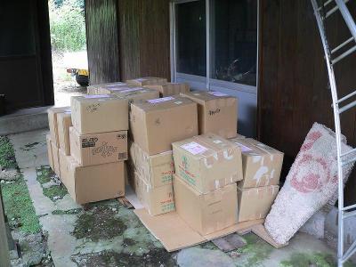 写真キャプション=「畑の家」の近くにある親類の家に送りつけた本は入った宅急便の山の一部