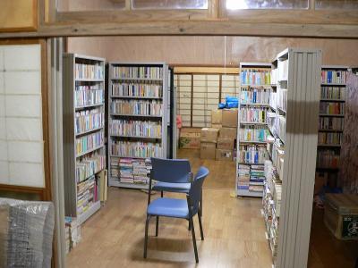 写真キャプション=14本の本棚が林立する「佐渡屋太郎図書館」の一部