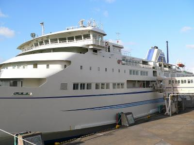 写真番号=直江津港と佐渡の小木港の間を就航してしている「こがね丸」(9500トン)