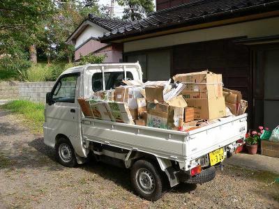 写真キャプション=軽トラに積み込んだ京都から最後に送った荷物