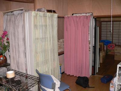 写真キャプション=母親からの命令によりカーテンが取り付けらた本棚